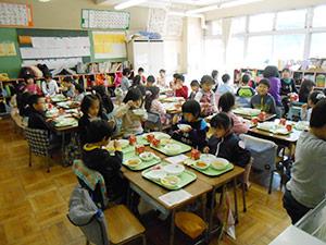 日新小学校との交流の様子